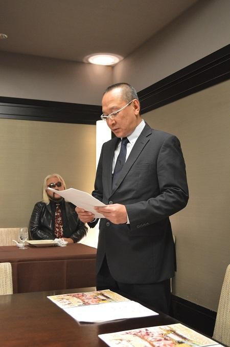 対戦カードを発表する新間恒寿UWA海外国際部長