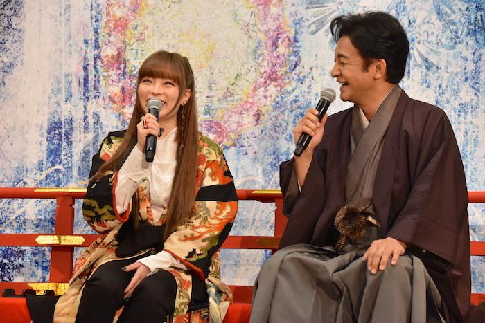 トークイベントに登壇したきゃりーぱみゅぱみゅと片岡愛之助(左から)