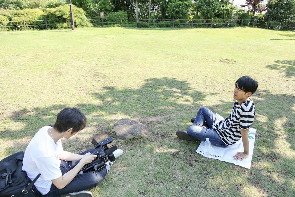 木陰にレジャーシートを敷いて、締めのコメント撮り