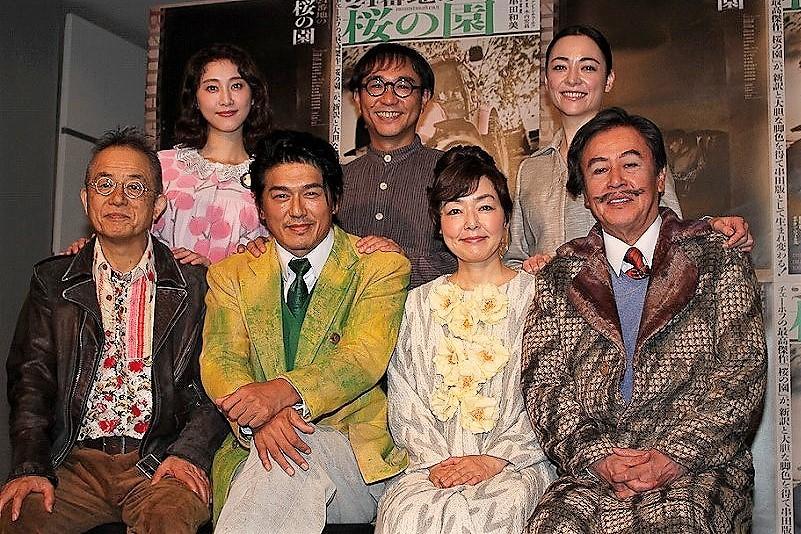(前列左から)串田和美、高橋克典、小林聡美、風間杜夫、(後列左から)松井玲奈、八嶋智人、美波
