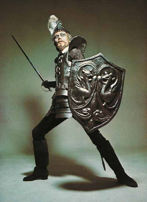 1969年4月に日本初演を迎えた『ラ・マンチャの男』のビジュアル (撮影:篠山紀信、東宝提供)
