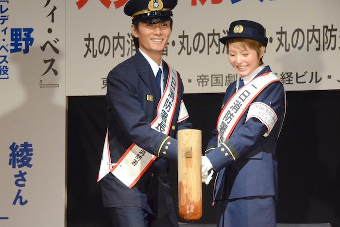 平野の身長に合わせ腰をかがめる加藤和樹と平野綾(左から)