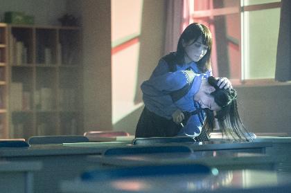 ドラマ『ザンビ』第一話から場面写真を公開 変異?した秋元真夏(乃木坂46)が襲い掛かる