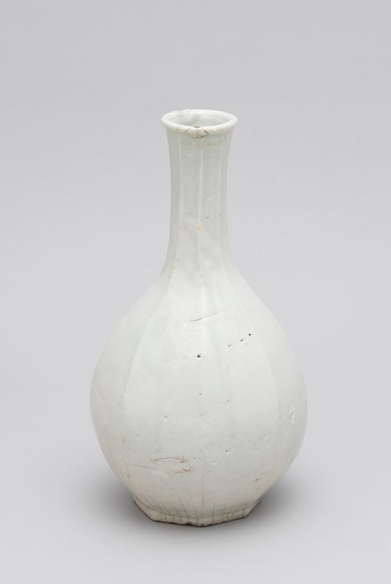 《白磁面取瓶》 朝鮮時代・16世紀 武蔵野美術大学 美術館・図書館