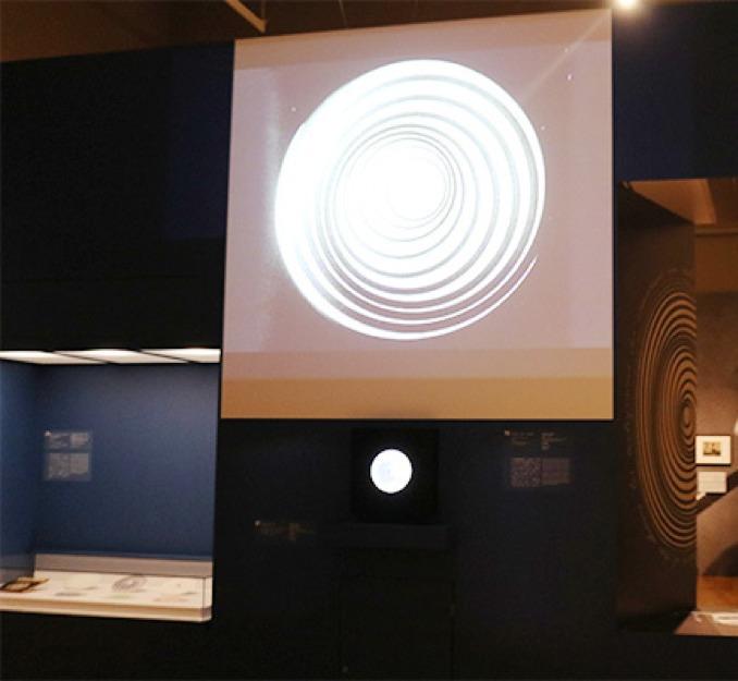 実験的短編映画《アネミック・シネマ》(1926年、ニューヨーク近代美術館蔵)の展示風景