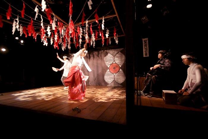 烏丸ストロークロック『祝・祝日』(2018年)。右から2番目が生演奏中の中川裕貴。 [撮影]相沢由介