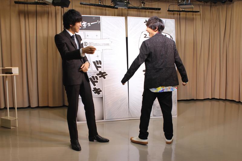 素敵な衣装で登場した須賀さん。松田さんに言われて一回転! 貴重な後ろ姿、いただきました