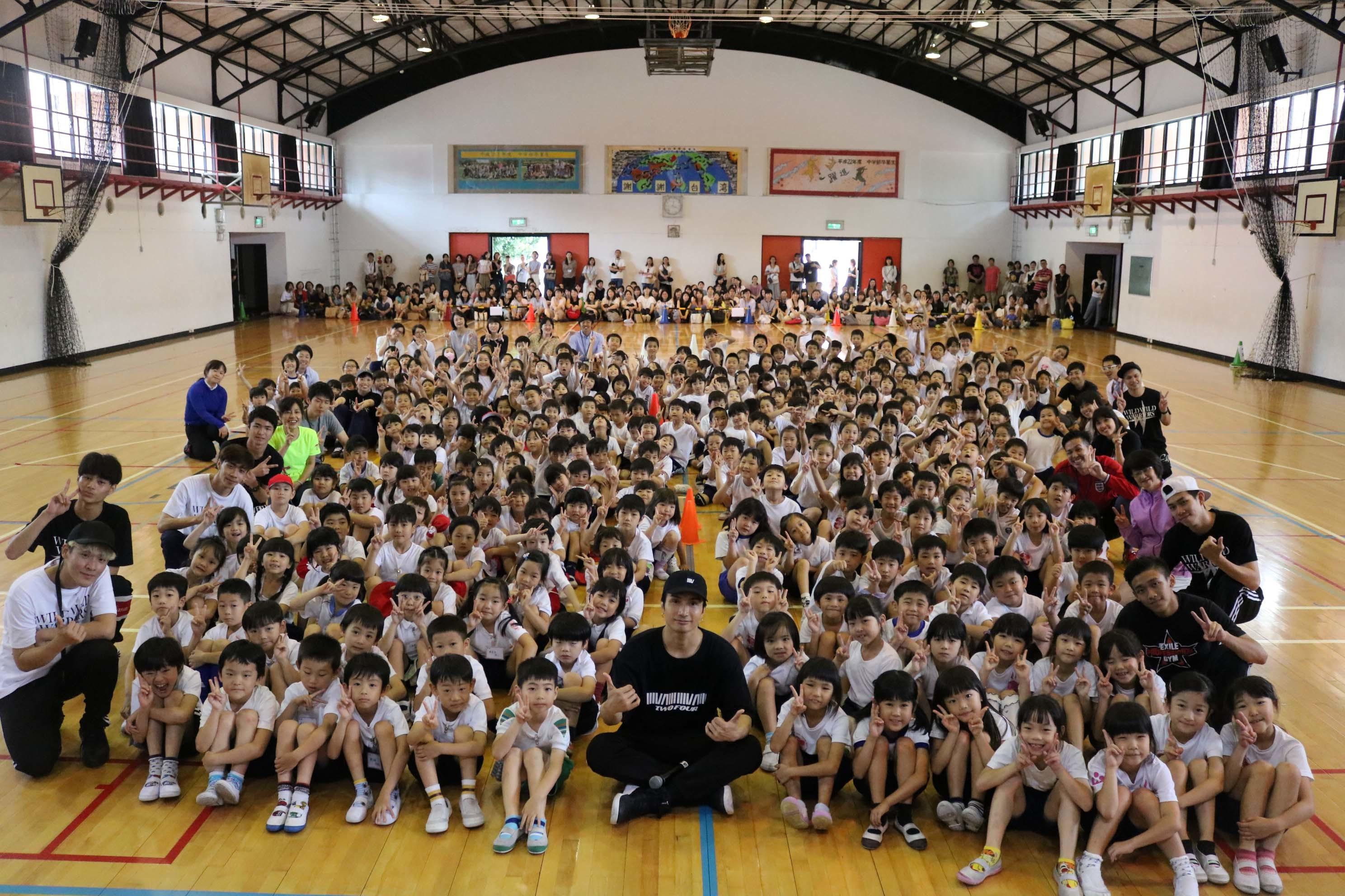 橘ケンチ(EXILE/EXILE THE SECOND)と台北日本人学校の生徒たち