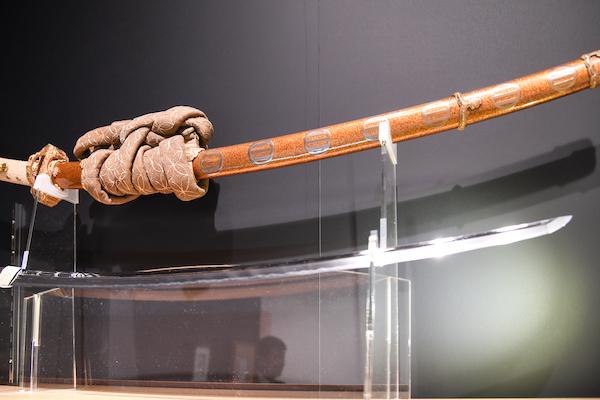 『金梨子地家紋散金蒔絵鞘 細太刀拵』 「日本刀剣」ブースにて