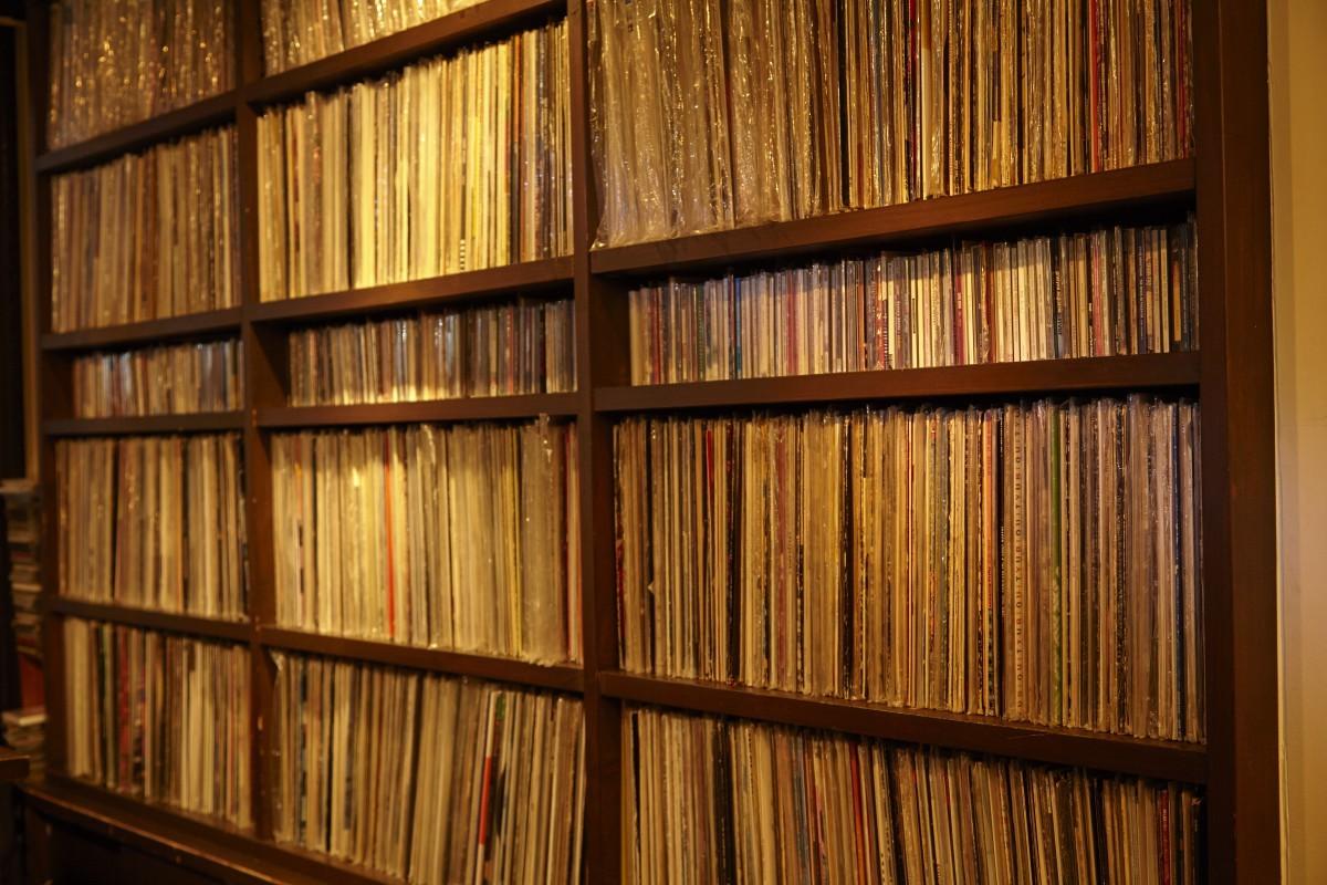 店内の壁一面に、幅広いジャンルの6000枚近いレコードがずらりと並ぶ。表には出ていない7インチなどと合わせると、合計で1万枚程度が置かれているとか。