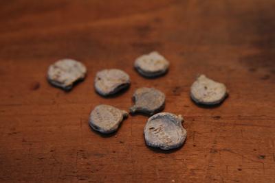 イギリスの古いパーツ、Lead seal. 反物をとめていた金具