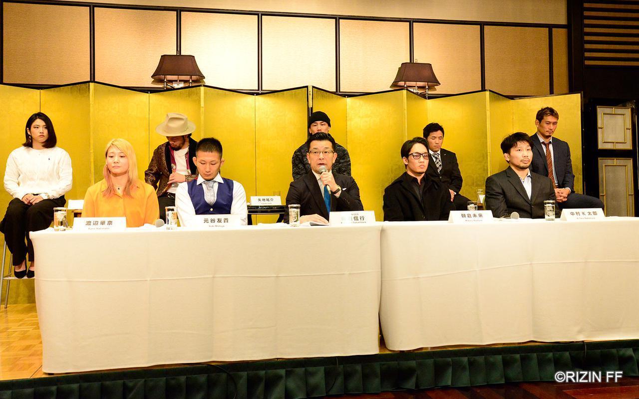 『RIZIN.20』『BELLATOR JAPAN』の公開記者会見に出席したRIZIN榊原信行CEO(中央)と出場予定の全9選手