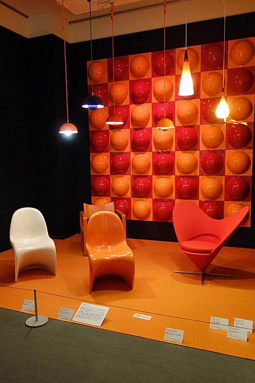 左より 椅子(パントンチェア)、椅子(パントンチェア)、椅子(ハートコーンチェア) いずれもヴぇアナ・パントン