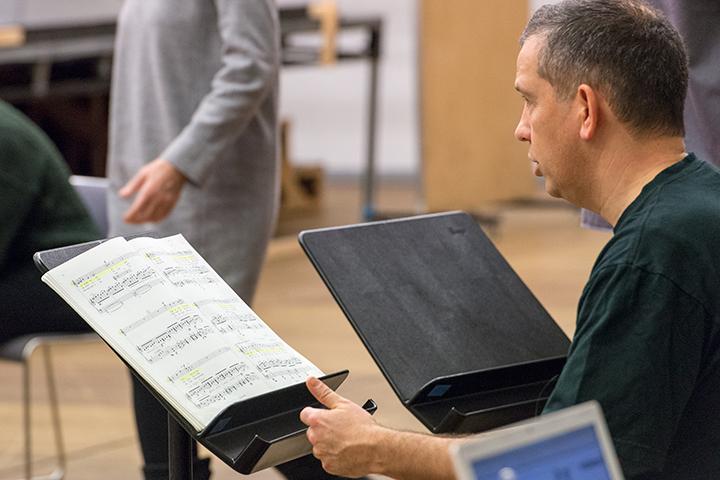 出番が来るまでの間も、黙々と楽譜を読み込むヴィル・ハルトマン