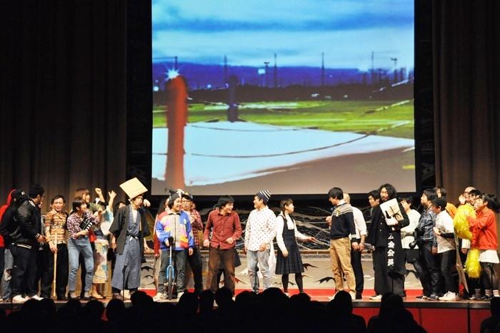 「ヨーロッパ企画カウントダウン2016→2017」より。京都の若手劇団たちを集めて学園バトル芝居を上演。 [撮影]吉永美和子