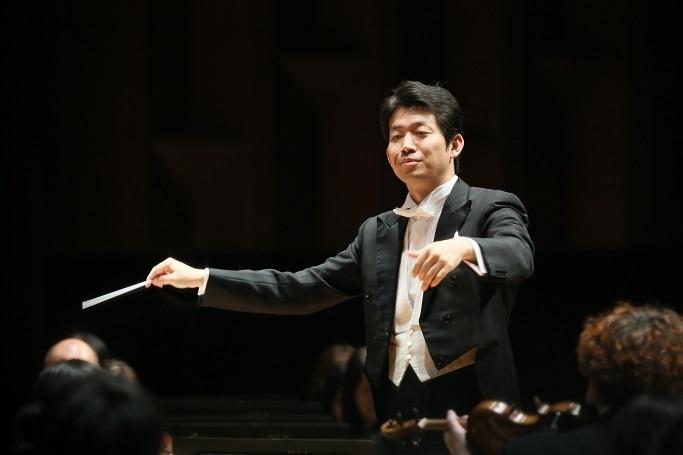 指揮者 角田鋼亮はマーラー「巨人」で定期演奏会デビューを果たす (c) 飯島隆