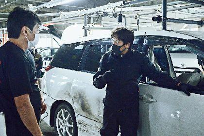 """岡田准一がアクション監督らと""""アクションを作る""""姿が明らかに 映画『ザ・ファブル 殺さない殺し屋』メイキングカットを公開"""