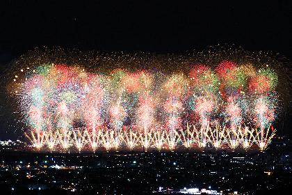日本一長い信濃川の河川敷で、全長約2kmにわたる「フェニックス」が空を舞う『長岡まつり』大花火大会