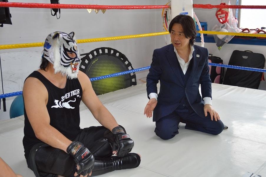 スーパー・タイガーと平井丈雅代表