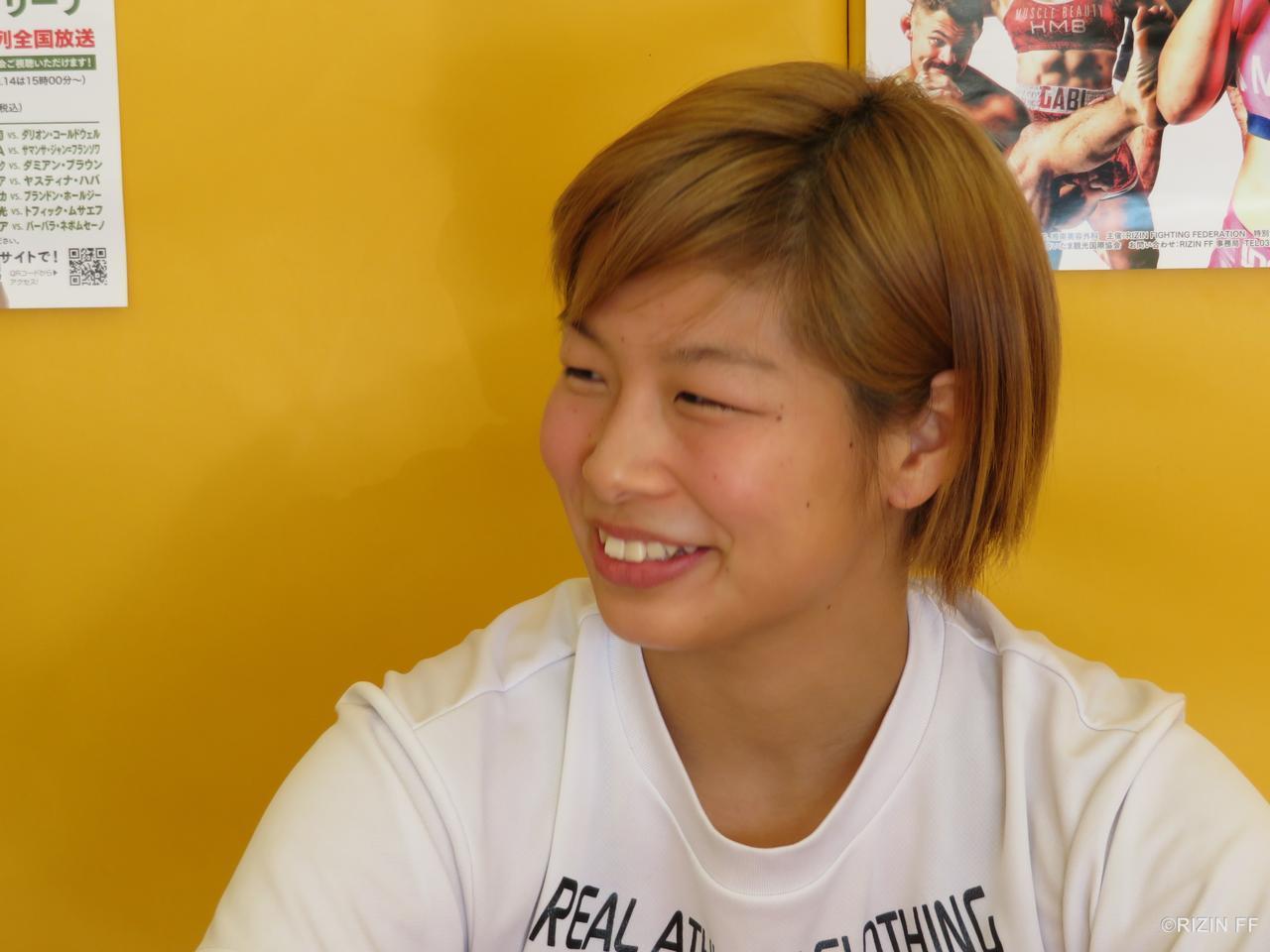 笑顔を見せる朝倉
