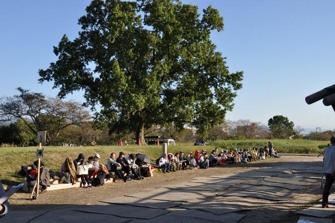 当日券を求める列。整理番号1番をゲットした人は、朝の6時ぐらいにはすでに並んでいたそうだ。 [撮影]吉永美和子