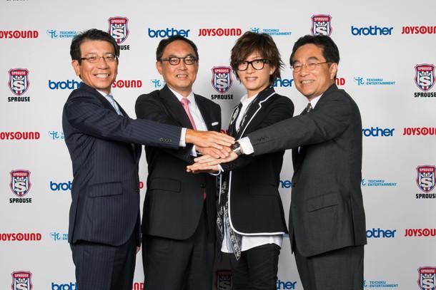 左からブラザー工業取締役常務執行役員の神谷純氏、エクシング代表取締役社長の吉田篤司氏、TETSUYA、テイチクエンタテインメント代表取締役会長の中谷幸夫氏。