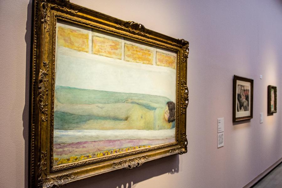 ボナールの妻・マルトは心身の不調により1日の大半を浴槽で過ごしていたという。(手前)ピエール・ボナール『浴室』1925年
