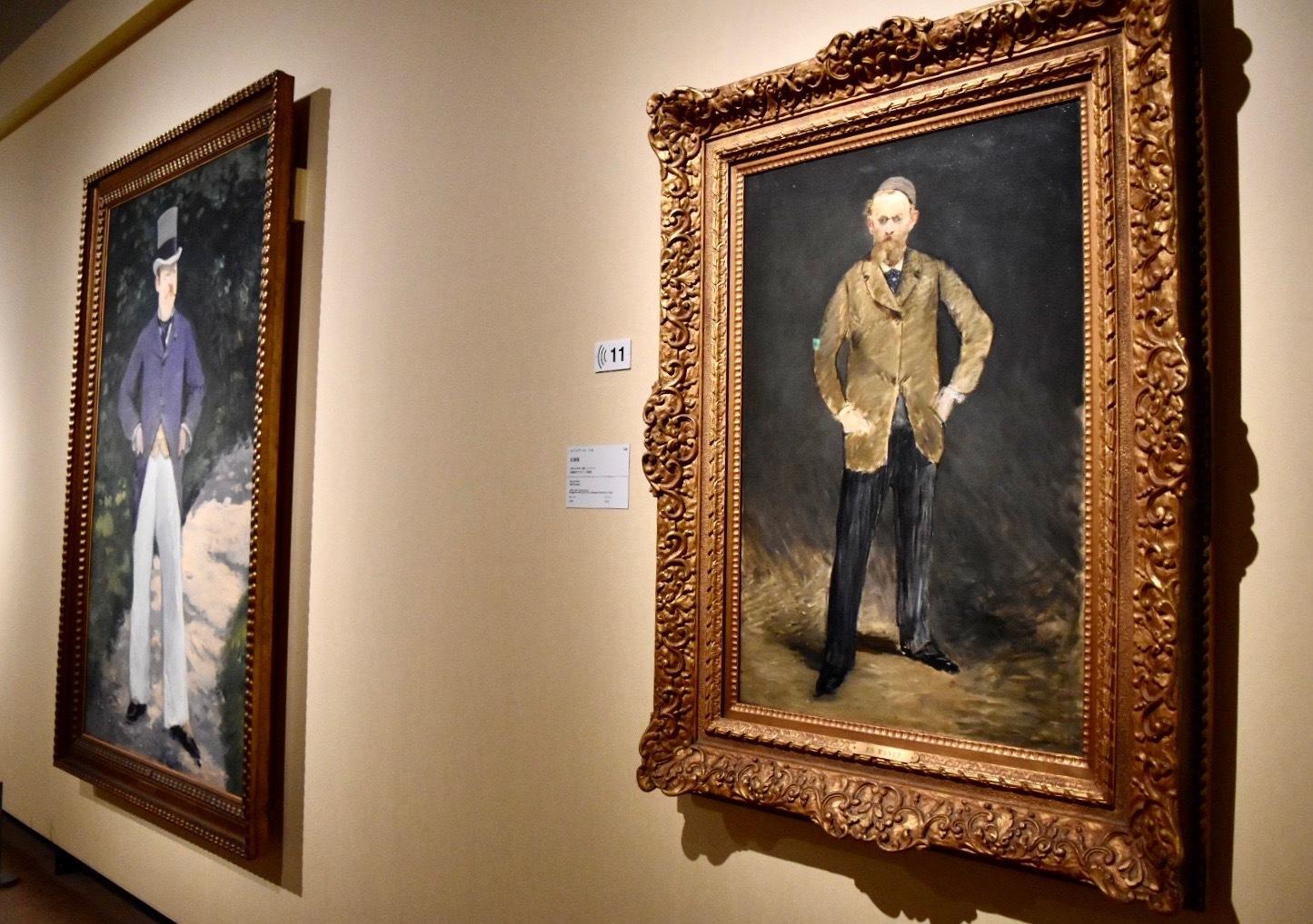 右:エドゥアール・マネ 《自画像》 1878-1879年 石橋財団ブリヂストン美術館/石橋財団アーティゾン美術館蔵 左奥:エドゥアール・マネ 《ブラン氏の肖像》 1879年頃 国立西洋美術館蔵(松方幸次郎氏御遺族より寄贈)