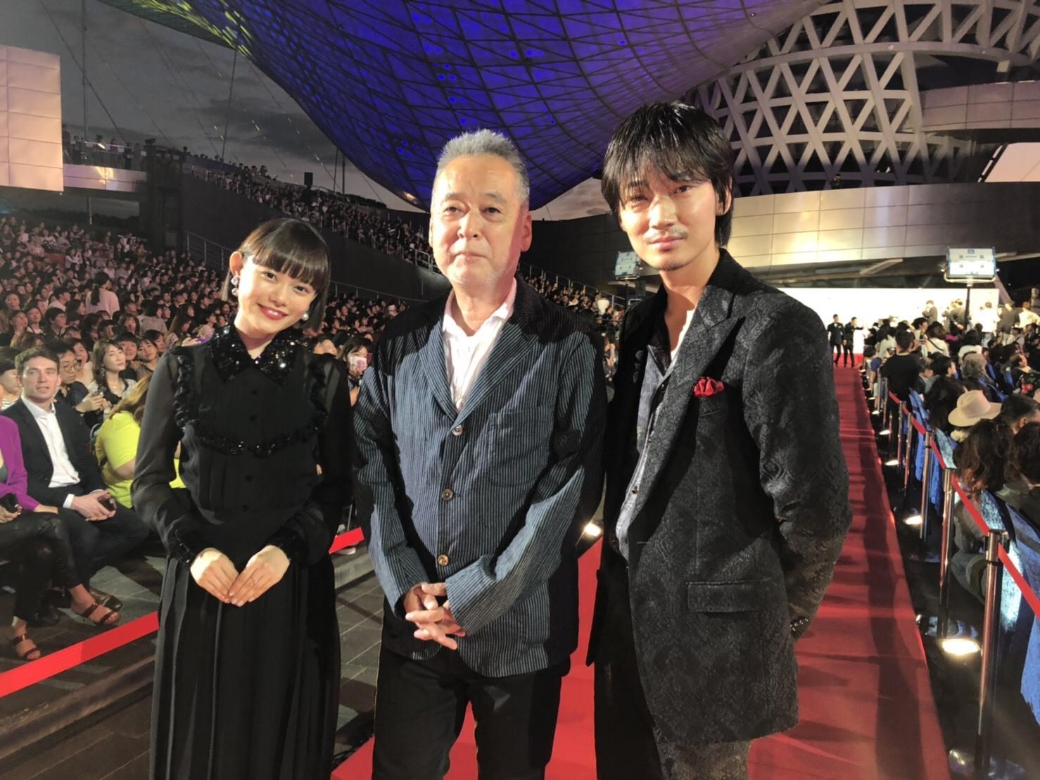 左から、杉咲花、瀬々敬久監督、綾野剛