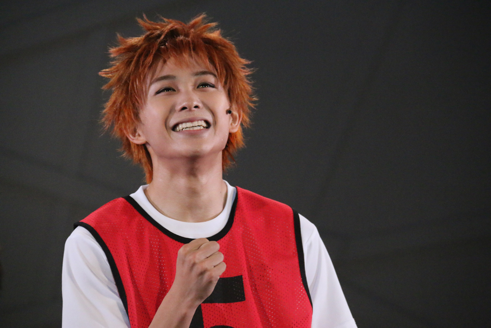 オレンジ色の髪が目立つ須賀健太