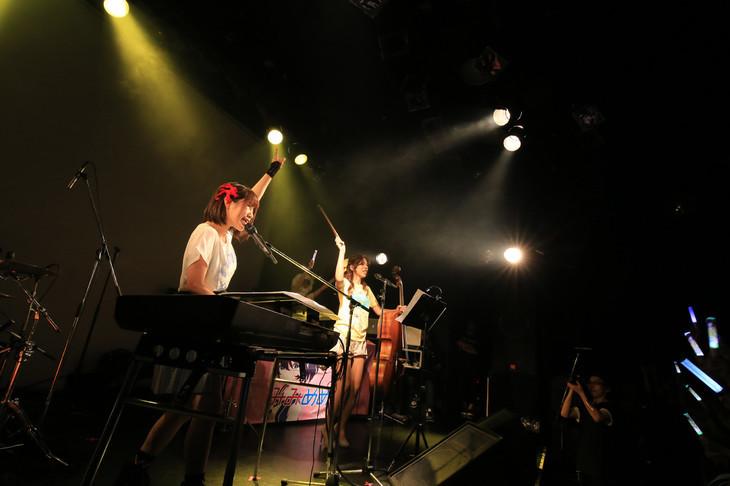 タカオユキ(みみめめMIMI)と分島花音によるコラボセッションの様子。(撮影:西原史顕)