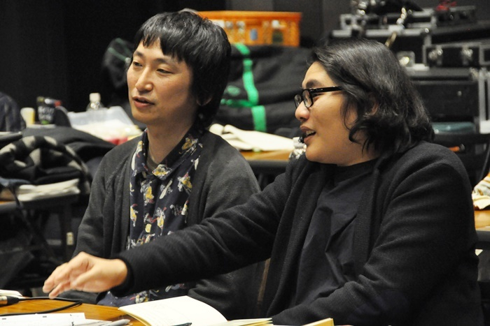 演出をする糸井幸之介(左)と、補綴(ほてつ)としてアドバイスを入れていく木ノ下裕一(右)。