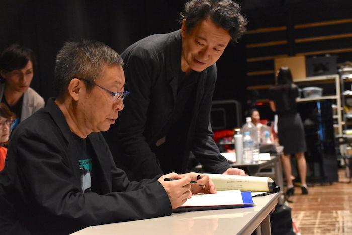 演出の白井晃と、作・作詞・楽曲プロデュースの森雪之丞(右から)