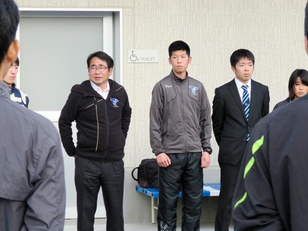 選手たちに言葉をかける中野監督(左)。その右は町田勇樹コーチ