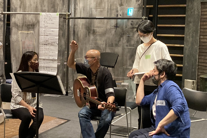横浜に住むさまざまな国の人たちが出演している。フィリピン出身のアリソン・オパオンさん、ジョセフィン・モリさんの歌稽古  (写真右はタニノ)