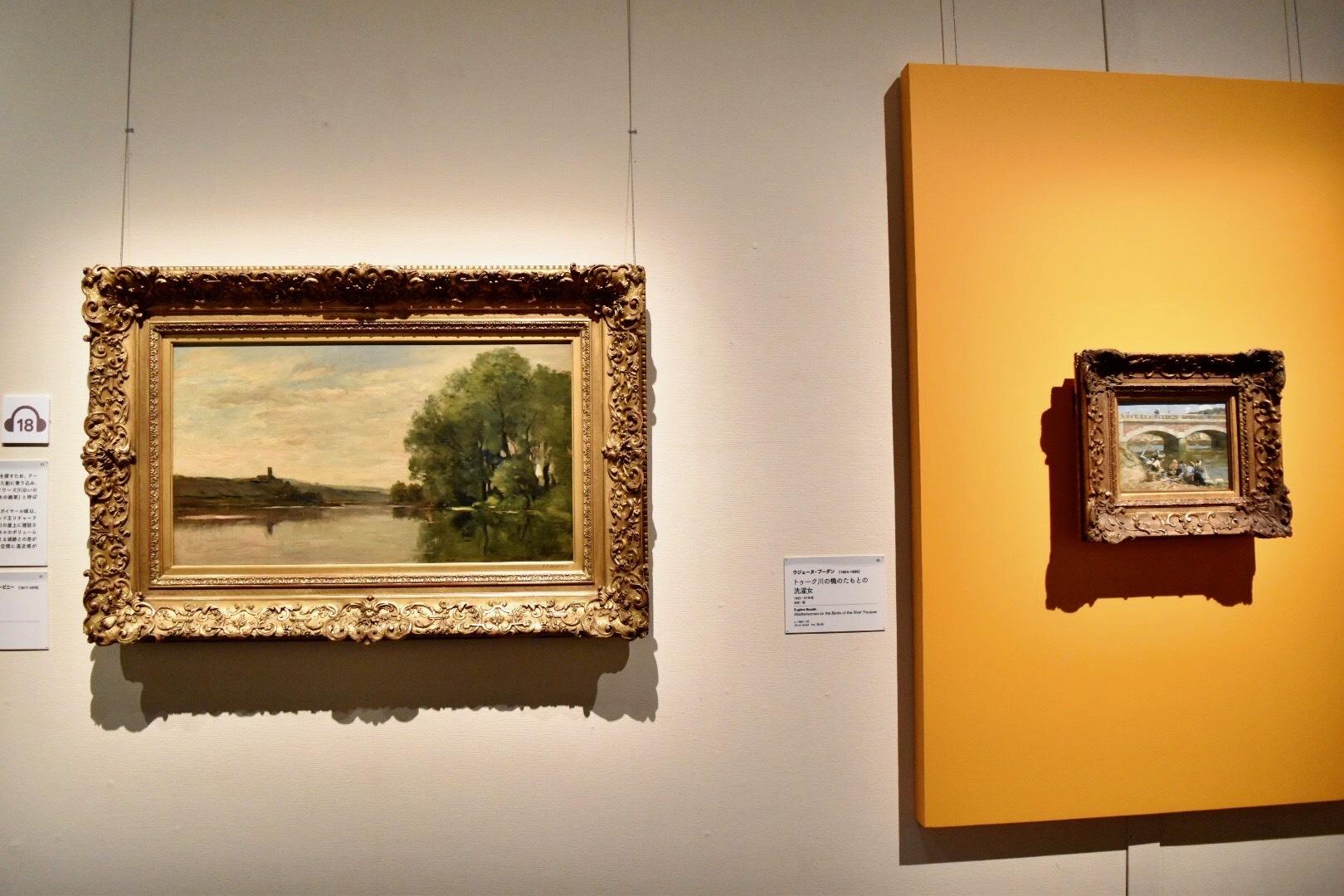 左:シャルル=フランソワ・ドービニー 《ガイヤール城》 1870-74年頃 油彩、板 (C)CSG  CIC Glasgow Museums Collection 右:ウジェーヌ・ブーダン 《トゥーク川の橋のたもとの洗濯女》 1883-87年頃 油彩、板 (C)CSG CIC Glasgow Museums Collection