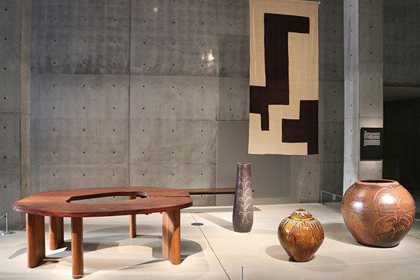 左手前が日本民藝館館長室で使われているテーブル 柳宗理がデザインしたもの
