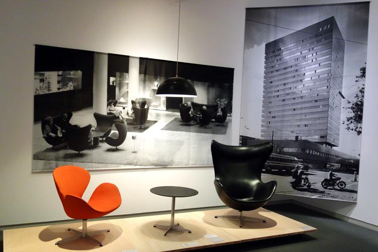 左より 肘掛椅子(スワンチェア)、肘掛椅子(エッグチェア) いずれもアーネ・ヤコブスン(アルネ・ヤコブセン)