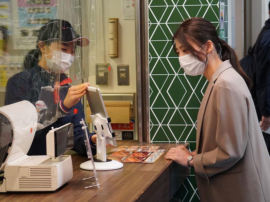 売店では顔認証を利用したキャッシュレス決済の技術実証にも取り組む
