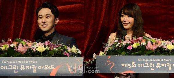 受賞所感を述べる「男優主演賞」カン・ピルソク(写真左)と「女優主演賞」のキム・ソヒョン
