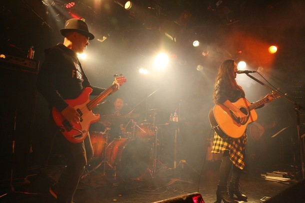 「Anly Debut Live『太陽に笑え』in SHIBUYA eggman」の様子。左から根岸孝旨、Anly。