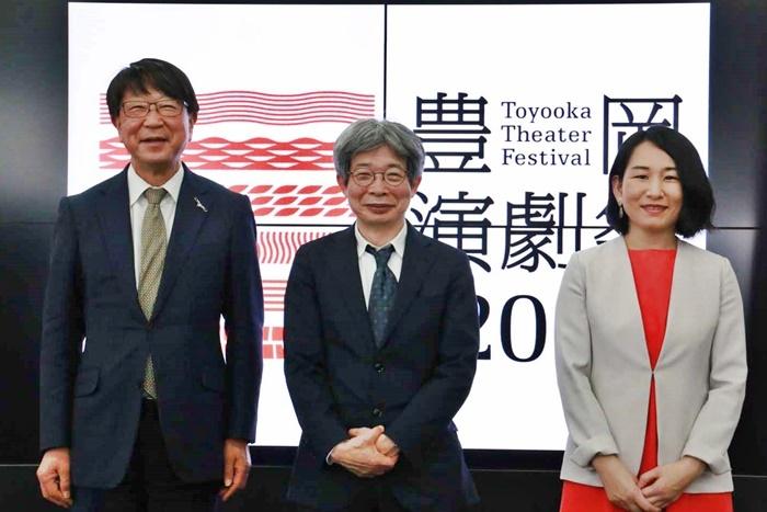 「豊岡演劇祭2021」記者会見より。(左から)中貝宗治豊岡市長、平田オリザ氏、相馬千秋氏。