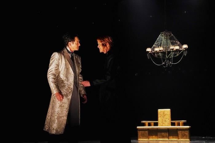 左から:吉田栄作 三浦涼介 世田谷パブリックシアター『メアリ・スチュアート』 撮影:細野 晋司