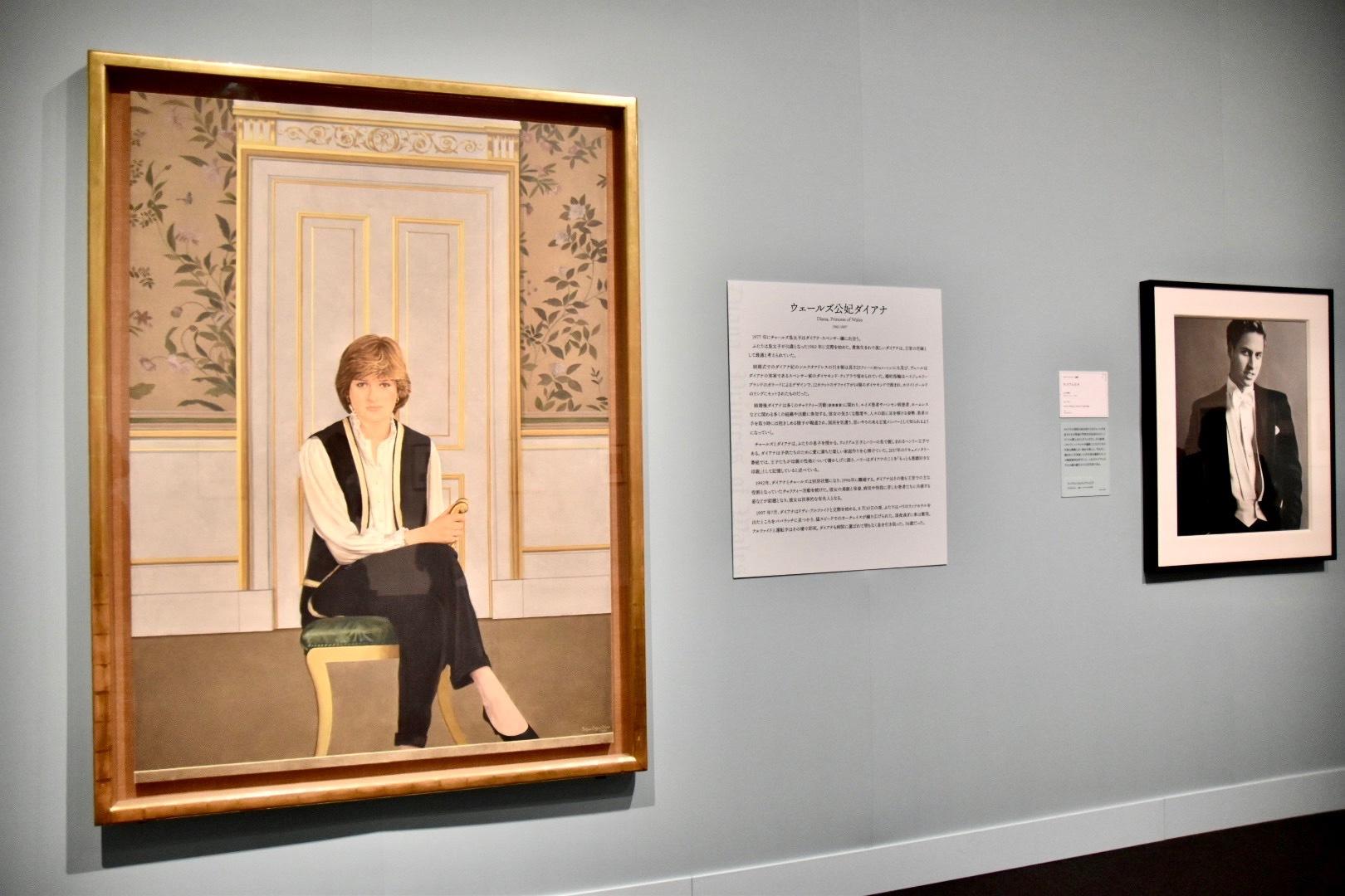 左:ブライアン・オーガン《ダイアナ妃》1981年、右奥:マリオ・テスティーノ撮影《ウィリアム王子》2003年撮影