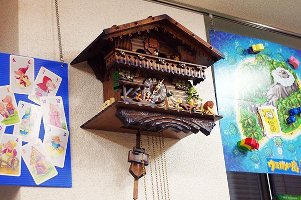 ドイツのゲームデザイナー「ライナー・クニツィア氏」より贈られた鳩時計 (C) Dear Spiele