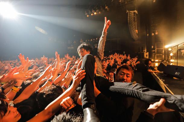 観客に支えられながら「泥んこドビー」を歌う光村龍哉(Vo, G)。(撮影:上飯坂一)