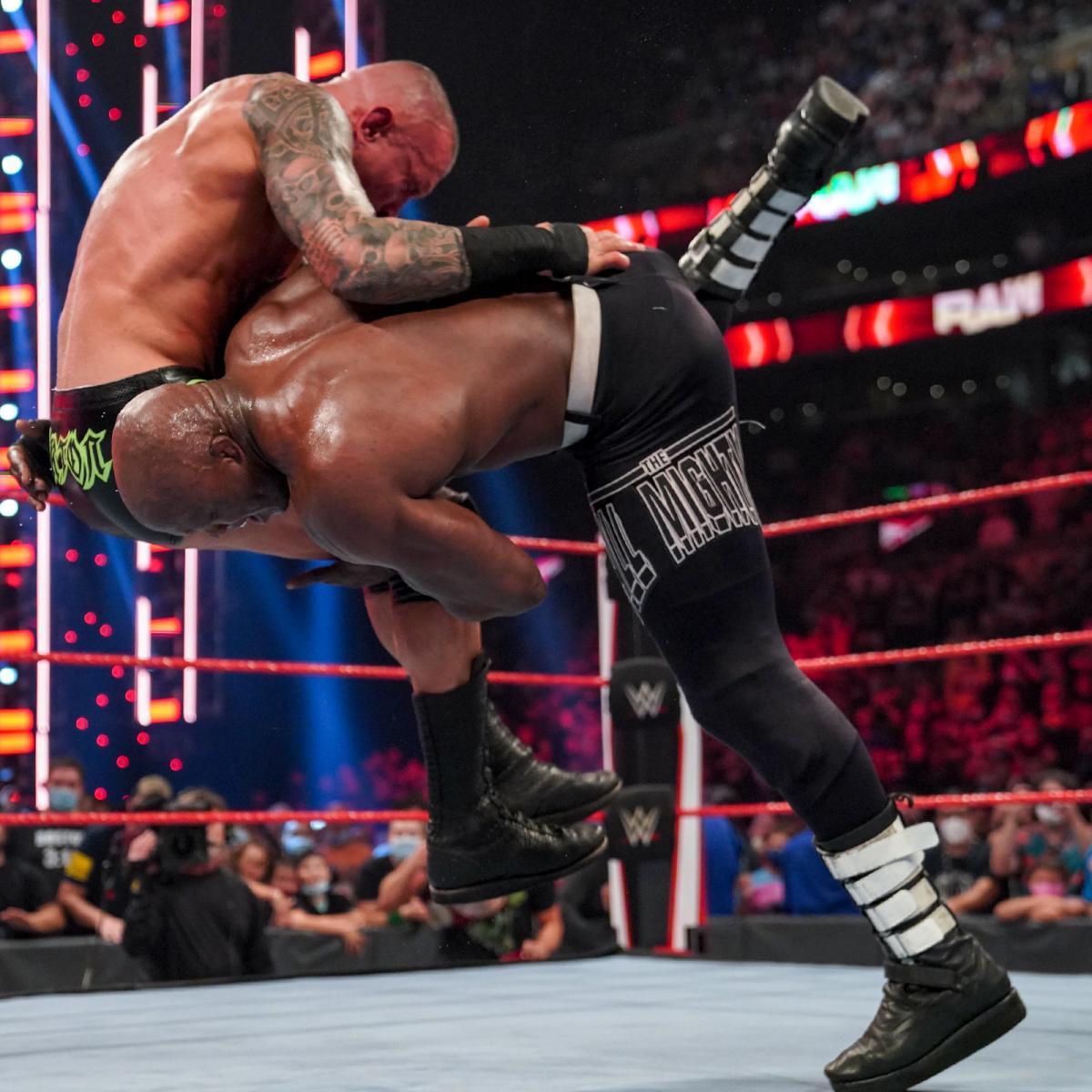 ラシュリーのスピアーがオートンに炸裂 ©2021 WWE, Inc. All Rights Reserved