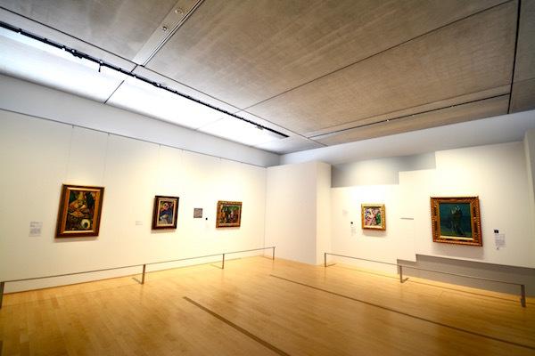 第1章の展示風景。右に見えるのが「対決壁」で、ひとつの面に段差などをつけながら両者の作品を対比させている