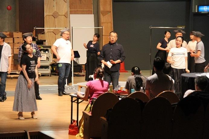 ジェロニモ井原秀人を中央に、エリゼッタ平野雅世とカロリーナ内藤里美、周囲は合唱団員!