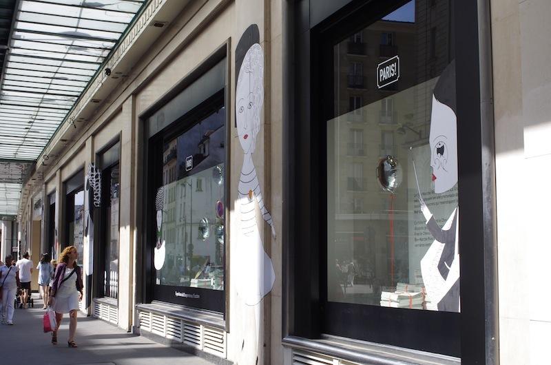 ショーウィンドウは、彼がいつもそうするように、ストリート・アート風にデパートの壁に直接貼られていました。